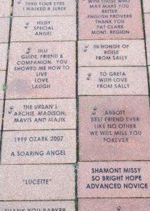 Gedenktafeln für Blindenhunde